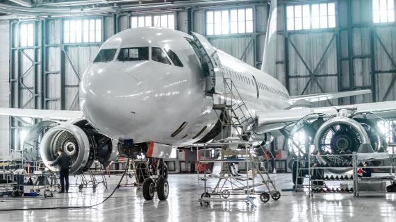 flugzeug im hangar in wartung und reperatur