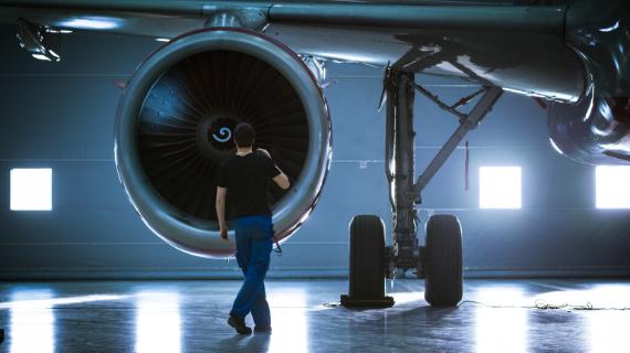 mann wartet flugzeugturbine im hangar