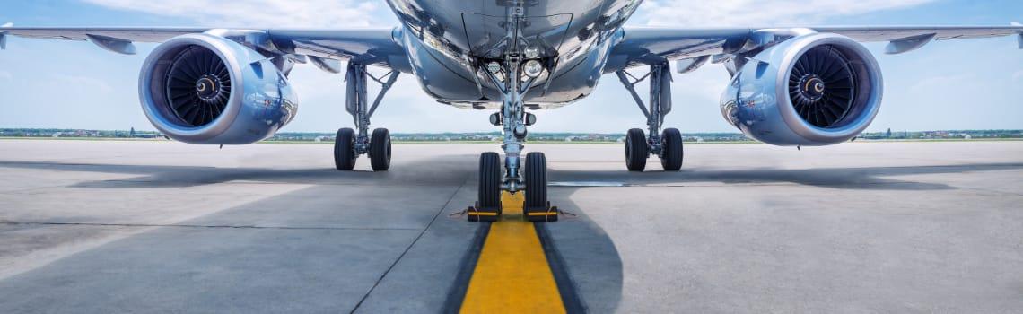 bild-von flugzeug-auf-landebahn-mit gelber-linie